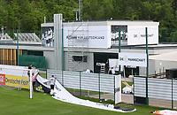 Banner werden aufgehängt am Trainingsplatz des Sportzentrum Rungg in Eppan. Das ist die Heimat des FC Südtirol und bildet das Trainingszentrum der Deutschen Nationalmannschaft während der WM-Vorbereitung. - 18.05.2018: Trainingslager der Deutschen Nationalmannschaft zur WM-Vorbereitung in Eppan/Südtirol