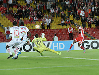 BOGOTA- COLOMBIA – 20-08-2015: Daniel Angulo (Der.) jugador del Independiente Santa Fe de Colombia, disputa el balon con Danny Cabezas (Cent.) portero de Liga de Loja de Ecuador, durante partido de vuelta entre Independiente Santa Fe de Colombia y Liga de Loja de Ecuador, por la primera fase, de la Copa Suramericana en el estadio Nemesio Camacho El Campin, de la ciudad de Bogota. / Daniel Angulo (R) player of Independiente Santa Fe of Colombia, figths for the ball with Danny Cabezas (C) goalkeeper of Liga de Loja of Ecuador, during a match for the second round between Independiente Santa Fe of Colombia and Liga de Loja of Ecuador, for the first phase, of the Copa Suramericana in the Nemesio Camacho El Campin in Bogota city. Photo: VizzorImage / Luis Ramirez / Staff.