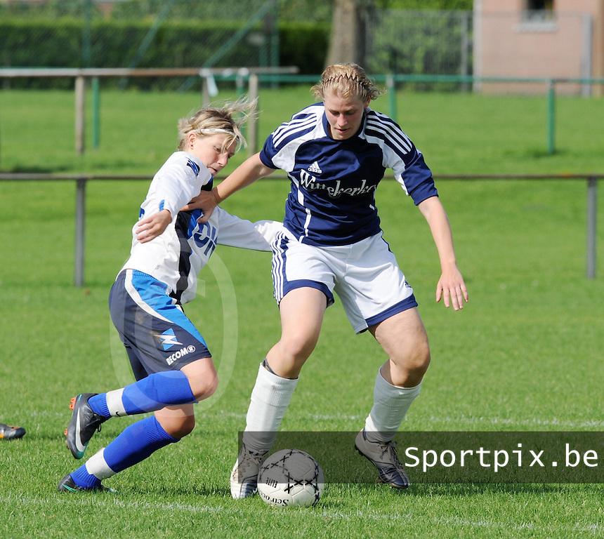 VV Rassing Harelbeke : Sharon Vervaeke aan de bal voor Karen Meeus van Tienen (links).foto DAVID CATRY / VDB / BART VANDENBROUCKE