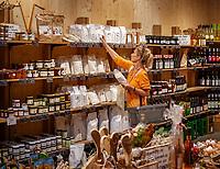 Deutschland, Baden-Wuerttemberg, Schwarzwald, Berghaupten bei Gengenbach im Ortenaukreis: die Marktscheune - Bauernmarkt mit Produkten aus der Region | Germany, Baden-Wurttemberg, Black Forest, Berghaupten near Gengenbach: Marktscheune - farmer's market selling local products