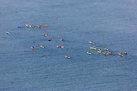 France, Bretagne, (29), Finistère, Presqu'île de Crozon, Crozon: depuis la pointe du Menhir: kayak de mer en baie de Douarnenez