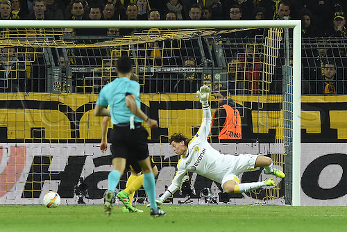 07.04.2016. Dortmund, Germany. Europa League quarterfinal. Borussia Dortmund versus Liverpool FC at the Signal Iduna Park Dortmund.  Divock Origi (FC Liverpool) scores past keeper Roman Weidenfeller for 0:1