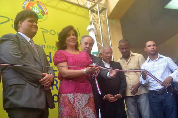 Primera dama inaugura exposición artística en Santiago sobre campaña de valores