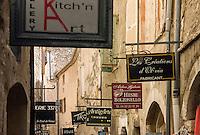 France, Provence-Alpes-Côte d'Azur, Saint-Paul de Vence: old town lane, medieval town residence of many artists and artisans, Marc Chagall lived here for 20 years, he is buried at the local cemetery | Frankreich, Provence-Alpes-Côte d'Azur, Saint-Paul de Vence: Altstadtgasse - viele Touristen besuchen dieses mittelalterliche Staedtchen, in dem viele Kuenstler und Kunsthandwerker leben, auch Marc Chagall lebte hier 20 Jahre lang, sein Grab befindet sich auf dem hiesigen Friedhof