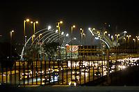 < SÃO PAULO, 03 DE MAIO 2013 - FORMULA INDY - Devido a corrida de Fórmula Indy que acontece neste final de semana no Anhembi, homens vedam a Ponte da Casa Verde com chapas de aço para evitar a aglomeração de pessoas sobre a ponte -  Noite de sexta-feira(03) zona norte da capital - FOTO: LOLA OLIVEIRA/BRAZIL PHOTO PRESS>