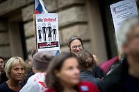 Demonstranten protestieren am Freitag (19.09.14) in Berlin vor dem Bundesrat gegen die Fl&uuml;chtlingspolitik der Bundesregierung. Eine umstrittene Asylrechtsreform soll am (19.09.14) im Bundesrat verabschiedet werden.<br /> Foto: Axel Schmidt/CommonLens