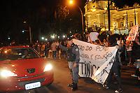 RIO DE JANEIRO,RJ,27.03.2013: PROTESTO UNIFICADO CAUSA CONGESTIONAMENTO NA ZONA SUL DO RIO- Centenas de manifestantes realizaram um protesto nesta noite na Zona Sul do Rio e deixou o trânsito completamente engarrafado na Rua Pinheiro Machado. Os manifestantes se concentraram no Largo do Machado seguiram pela rua das Laranjeiras até chegar ao Palácio Guanabara alvo do protesto. SANDROVOX/BRAZILPHOTOPRESS