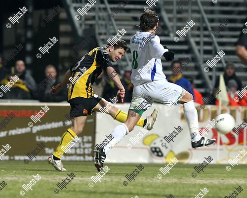 2009-02-14 / Voetbal / Lierse - Tienen / Tomasz Radzinski scoort hier de 3-0. Benny Lunenburg van Tienen kwam te laat..Foto: Maarten Straetemans (SMB)