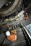 DEN HAAG - In Den Haag zijn medewerkers van bouwcombinatie HTC bezig met het ondergrond aanbrengen van betonnen tunnelelementen voor de bouw van de langst geboorde verkeerstunnel in stedelijk gebied, de Hubertustunnel. Omdat de tunnelboormachine momenteel ongeveer twintig meter per dag boort, verwacht men dat het boren van de tweede tunnelbuis eind mei klaar moet zijn. Bouwcombinatie HTC die bestaat uit BAM Civiel, Wayss und Freytag en Van Hattum en Blankevoort. COPYRIGHT TON BORSBOOM