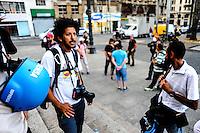 SÃO PAULO, SP - 12.02.2014 - HOMENAGEM CINEGRAFISTA- Jornalistas do Estado de São Paulo fizeram uma homenagem ao cinegrafista morto durante a manifestação no RJ Santiago Silva em frente a Catedral da Se, na regiao central da cidade de São Paulo, nesta quarta-feira, 12. (Foto: Adriano Lima / Brazil Photo Press).
