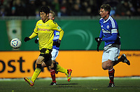 FUSSBALL   DFB POKAL   SAISON 2011/2012   VIERTELFINALE Holstein Kiel - Borussia Dortmund                          07.02.2012 Shinji Kagawa (Borussia Dortmund)  gegen Christian Juergensen (re, Kiel)