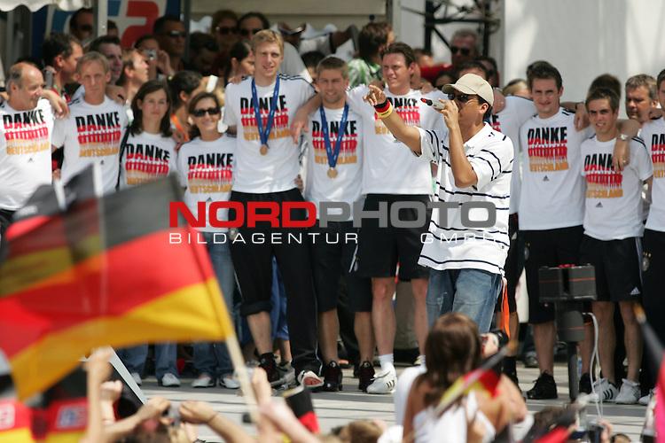 FIFA WM 2006 - Feature Fanmeile Berlin<br /> Verabschiedung der Deutschen Nationalmannschaft.<br /> Supporters from Germany celebrate the german national team (Pop-Singer/S&permil;nger/Artist: Xavier Naidoo, r) at Brandenburger Tor in Berlin after the World Cup.<br /> Foto &copy; nordphoto