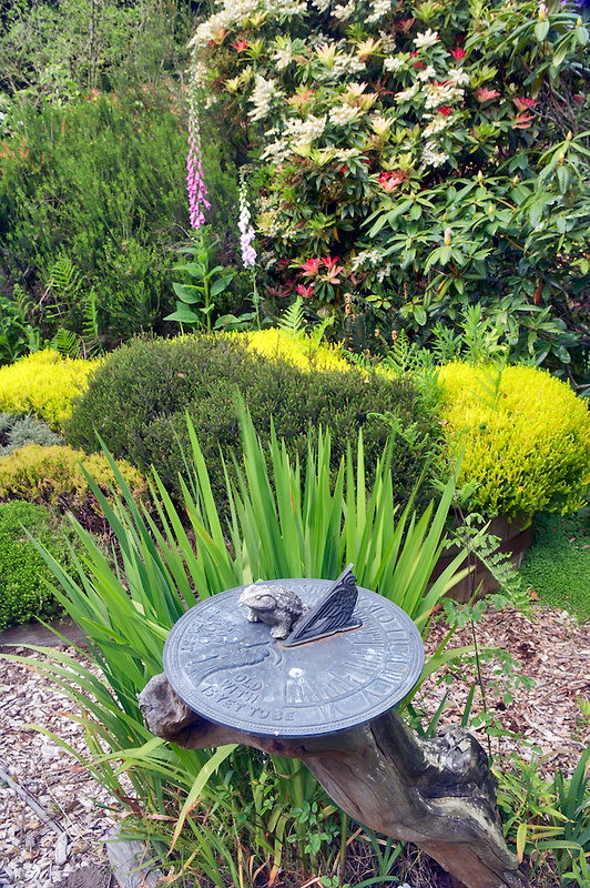 Sun dial at Thompson heather Gardens. California
