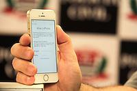 SÃO PAULO,SP, 29.05.2015 - CRIME-SP - A Polícia Civil apreendeu mais de cem celulares roubados que era revendidos na região da Santa Ifigênia, no centro da capital paulista. Quatro pessoas foram detidas por suspeita de comercializarem os aparelhos roubados e furtados, especialmente iPhones. (Foto: Márcio Ribeiro/Brazil Photo Press).