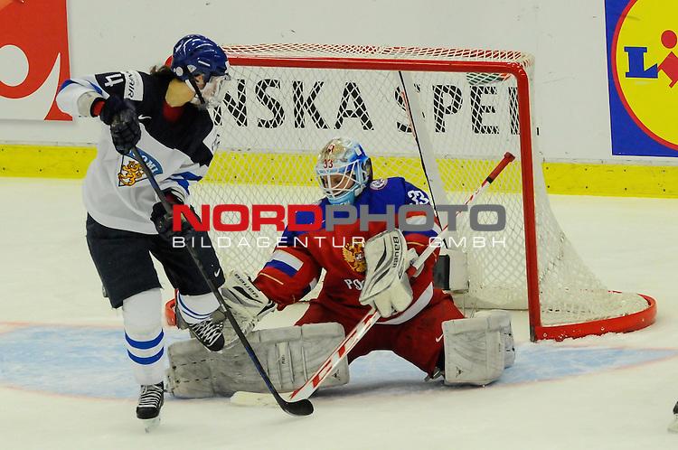 04.04.2015, Malm&ouml; Ishall, Malm&ouml; , SWE, IIHF Eishockey Frauen WM 2015, Finnland  (FIN) vs Russland (RUS), im Bild, Maria SOROKINA (#33, RUS) rettet gegen Rosa LINDSTEDT (#4, FIN)<br /> <br /> <br /> ***** Attention nur f&uuml;r redaktionelle Berichterstattung *****<br /> <br /> Foto &copy; nordphoto / Hafner