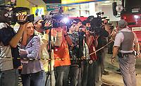 SAO PAULO, SP, 28 DE FEVEREIRO 2013 - QUEDA DE MARQUISE - Impresa acompanha trabalho dos bombeiros que procuram por pessoas sobre os escombros da marquise de um prédio que desabou no bairro da Liberdade, região central de São Paulo, no início da noite desta quinta-feira. Pelo menos uma pessoa morreu no incidente. FOTO: VANESSA CARVALHO - BRAZIL PHOTO PRESS.
