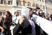 Militanti e parlamentari del MoVimento 5 Stelle manifestano davanti alla Camera dei Deputati dopo la protesta di un gruppo di deputati del movimento sul tetto dell'edificio, contro la modifica dell'Articolo 138 della Costituzione, a Roma, 7 settembre 2013.<br /> UPDATE IMAGES PRESS/Isabella Bonotto