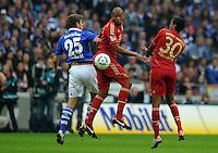 FUSSBALL   1. BUNDESLIGA   SAISON 2011/2012    6. SPIELTAG FC Schalke 04 - FC Bayern Muenchen                       18.09.2011 Jerome BOATENG (Mitte) und Luiz GUSTAVO (re, beide  Bayern) gegen Klaas-Jan HUNTELAAR (li, Schalke)