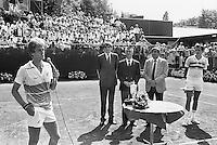 1984, Hilversum, Dutch Open, Melkhuisje, winnaar Anders Jarryd dankt, links finalist Thomas Smid naast hem Piet van Eijsden, Hans Bak en Ed Nijpels