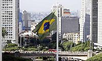 SAO PAULO, SP, 28 DE MARÇO 2013 - BANDEIRA DO BRASIL - A Bandeira do Brasil, instalada na Praça da Bandeira no centro de São Paulo, esta desbotada e resgada, não atendendo a LEI N. 5.700 - DE 1º DE SETEMBRO DE 1971.(FOTO: PADUARDO / BRAZIL PHOTO PRESS).