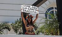 ATENCAO EDITOR: FOTO EMBARGADA PARA VEICULO INTERNACIONAL - RIO DE JANEIRO, RJ, 22 DE NOVEMBRO 2012 - PROTESTO FEMEN BRAZIL - Sara Winter (loira) e Anna (morena) ativistas do grupo Femen Brazil durante protesto contra turisto sexual no hotel Copacabana Palace na cidade do Rio de Janeiro na tarde desta quinta-feira. 22. FOTO: VANESSA CARVALHO - BRAZIL PHOTO PRESS.