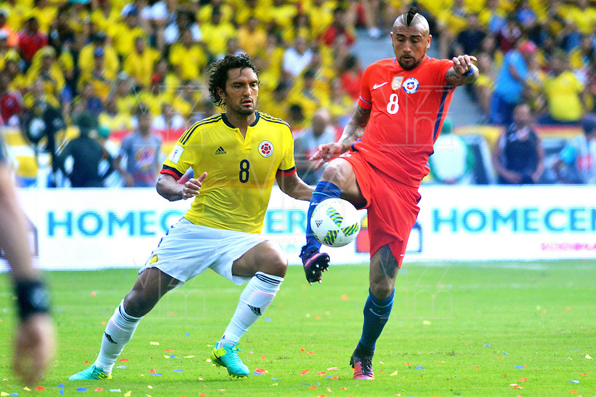 BARRANQUILLA - COLOMBIA -11-10-2016: Abel Aguilar (Izq) jugador de Colombia disputa el balón con Arturo Vidal (Der) jugador de Chile durante partido de la fecha 11 para la clasificación sudamericana a la Copa Mundial de la FIFA Rusia 2018 jugado en el estadio Metropolitano Roberto Melendez en Barranquilla./  Abel Aguilar (L) player of Colombia fights the ball with Arturo Vidal (R) player of Chile during match of the date 11 for the qualifier to FIFA World Cup Russia 2018 played at Metropolitan stadium Roberto Melendez in Barranquilla. Photo: VizzorImage / Alfonso Cervantes / Cont