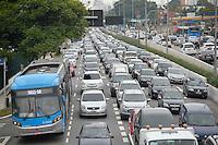 SÃO PAULO, SP, 25.11.2016 – TRÂNSITO-SP - Transito congestionado na Av. Moreira Guimarães, próximo ao aeroporto de Congonhas, zona sul de São Paulo na tarde desta sexta feira. (Foto: Levi Bianco/Brazil Photo Press)