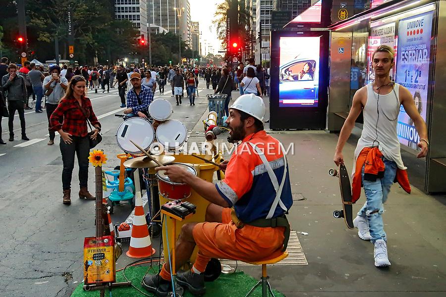 Apresentaçao de musico, Domingo de lazer na Avenida Paulista. Sao Paulo. 2019. Foto Juca Martins