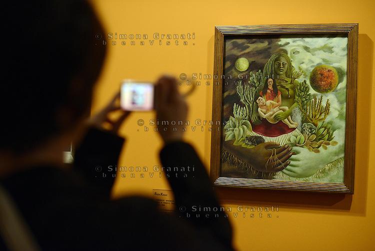 Roma, 18 Marzo 2014<br /> Scuderie del Quirinale.<br /> Frida Khalo.<br /> Mostra sulla vita e le opere dell'artista messicana simbolo dell'avanguardia artistica e della cultura messicana  del '900.<br /> L'amoroso abbraccio dell'universo, la terra, io, Diego e il signor Xolotl, 1948.<br /> Exhibition on the life and work of mexican artist Frida Khalo.