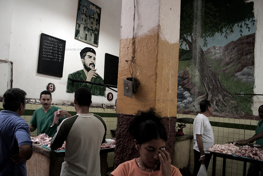 Havana (Cuba). September 2006..La Habana Vieja. Market place with a portrait of Ernesto Che Guevara.