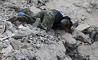 MEX60. CIUDAD DE MÉXICO (MÉXICO), 19/09/2017.- Elementos de la Marina de México realizan labores de rescate en Ciudad de México (México), hoy, martes 19 de septiembre de 2017, tras un sismo de magnitud 7,1 en la escala de Richter, que sacudió fuertemente el centro del país y causó escenas de pánico justo cuanto se cumplen 32 años de poderoso terremoto que provocó miles de muertes. Las autoridades mexicanas elevaron hoy a 149 la cifra de víctimas mortales del terremoto de magnitud 7,1 que sacudió el centro del país, mientras que los servicios de emergencia continúan las labores de rescate en las zonas afectadas. EFE/Mario Guzmán