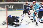 Schwenningens Goalie DustinStrahlmeier (Nr.34)  hat die Scheibe, Duesseldorfs Philip Gogulla (Nr.87)  kommt zu spaet beim Spiel in der DEL, Duesseldorfer EG (hell) - Schwenninger Wild Wings (dunkel).<br /> <br /> Foto © PIX-Sportfotos *** Foto ist honorarpflichtig! *** Auf Anfrage in hoeherer Qualitaet/Aufloesung. Belegexemplar erbeten. Veroeffentlichung ausschliesslich fuer journalistisch-publizistische Zwecke. For editorial use only.