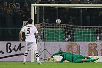 Tobias Strobl (Borussia Mönchengladbach) trifft im Elfmeterschiessen gegen Torwart Lukas Hradecky (Eintracht Frankfurt) zum 4:3 - 25.04.2017: Borussia Moenchengladbach vs. Eintracht Frankfurt, DFB-Pokal Halbfinale, Borussia Park