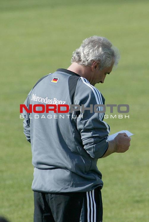 Europameisterschaft 2004 Portugal<br /> <br /> Training Deutschland <br /> <br /> Rudi Voeller mit Spickzettel<br /> <br /> <br /> <br /> Foto &copy; nordphoto<br /> <br /> <br /> <br /> <br /> <br /> <br /> <br />  *** Local Caption *** Foto ist honorarpflichtig! zzgl. gesetzl. MwSt.<br /> <br />  Belegexemplar erforderlich<br /> <br /> Adresse: nordphoto<br /> <br /> Georg-Reinke-Strasse 1<br /> <br /> 49377 Vechta<br /> <br /> Telefon: 04441-89400 / Fax: 04441-894022