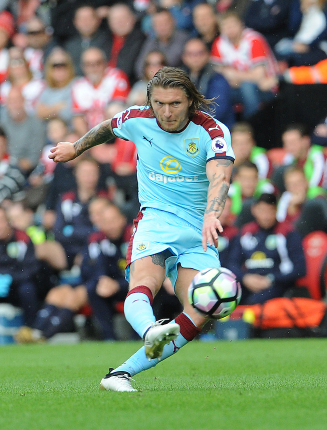Burnley's Jeff Hendrick has a shot at goal<br /> <br /> Photographer Ian Cook/CameraSport<br /> <br /> The Premier League - Southampton v Burnley - Sunday 16th October 2016 - St Mary's Stadium - Southampton<br /> <br /> World Copyright &copy; 2016 CameraSport. All rights reserved. 43 Linden Ave. Countesthorpe. Leicester. England. LE8 5PG - Tel: +44 (0) 116 277 4147 - admin@camerasport.com - www.camerasport.com