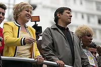 SAO PAULO, SP, 02 JUNHO 2013 - PARADA DO ORGULHO GLBT - A ministra da Cultura, Marta Suplicy e o prefeito Fernando Haddad s durante a 17 Parada do Orgulho LGBT na Avenida Paulista, na tarde deste domingo, 02. (FOTO: ADRIANA SPACA/ BRAZIL PHOTO PRESS).