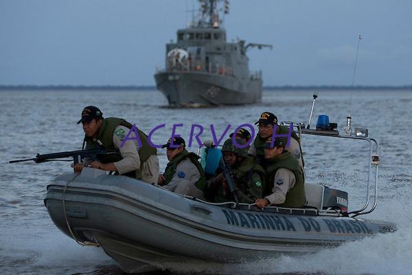 Opera&ccedil;&atilde;o de prote&ccedil;&atilde;o a fronteira,  combate ao narcotr&aacute;fico,  garimpos ilegais e contrabando.<br /> Militares patrulham o rio Amazonas, em frente a cidade de Macap&aacute;,  a procura de drogas e ouro com abordagens as embarca&ccedil;&otilde;es que chegam de v&aacute;rias regi&otilde;es do estado na cidade. <br /> Macap&aacute;, Amap&aacute;, Brasil.<br /> Foto Paulo Santos <br /> 09/05/2012<br /> <br /> &Aacute;gata 4Combater crimes transnacionais e ambientais, o crime organizado, al&eacute;m de intensificar a presen&ccedil;a do estado na faixa de fronteira apoiando as popula&ccedil;&otilde;es s&atilde;os os principais objetivos da opera&ccedil;&atilde;o &Aacute;GATA 4 lan&ccedil;ada pelo    Minist&eacute;rio da Defesa (MD) , no ultimo dia 02/05,  a Opera&ccedil;&atilde;o, uma a&ccedil;&atilde;o  conjunta das For&ccedil;as Armadas Brasileiras, com apoio de &oacute;rg&atilde;os federais e estaduais, como a Pol&iacute;cia Federal, o Instituto Brasileiro de Meio Ambiente e dos Recursos Naturais Renov&aacute;veis (IBAMA), a Secretaria da Receita Federal (SRF), a Pol&iacute;cia Rodovi&aacute;ria Federal (PRF), o Sistema de Prote&ccedil;&atilde;o da Amaz&ocirc;nia (SIPAM), a For&ccedil;a Nacional de Seguran&ccedil;a P&uacute;blica (FNS), a Ag&ecirc;ncia Brasileira de Intelig&ecirc;ncia (ABIN), Ag&ecirc;ncia Nacional de Avia&ccedil;&atilde;o Civil (ANAC), Funda&ccedil;&atilde;o Nacional do &Iacute;ndio (FUNAI), Instituto Chico Mendes de Conserva&ccedil;&atilde;o da Biodiversidade (ICMBio), &oacute;rg&atilde;os de seguran&ccedil;a p&uacute;blica dos Estados do Amazonas, Roraima, Par&aacute; e Amap&aacute; para coibir delitos transfronteiri&ccedil;os e ambientais na faixa de fronteira Norte. Com comando geral em Manaus foram criadas as chamadas frentes de Tarefas, a do rio Negro em S&atilde;o Gabriel da Cachoeira no Amazonas a do rio Branco em Boa Vista Roraima e a do Oiapoque no Amap&aacute; todas articuladas entre si. Com efetivo de  8600