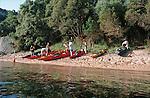 Descente des côtes corses depuis Ajaccio jusqu'à Bonifacio. Raid de 10 jours en kayak  de mer en bivouaquant sur les plages. Bivouac sur la plage de Monte Bianco. France.