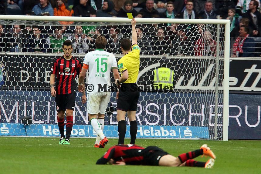 Sebastian Proedl (Werder) foult Sebastian Rode (Eintracht) und sieht Gelb - Eintracht Frankfurt vs. SV Werder Bremen