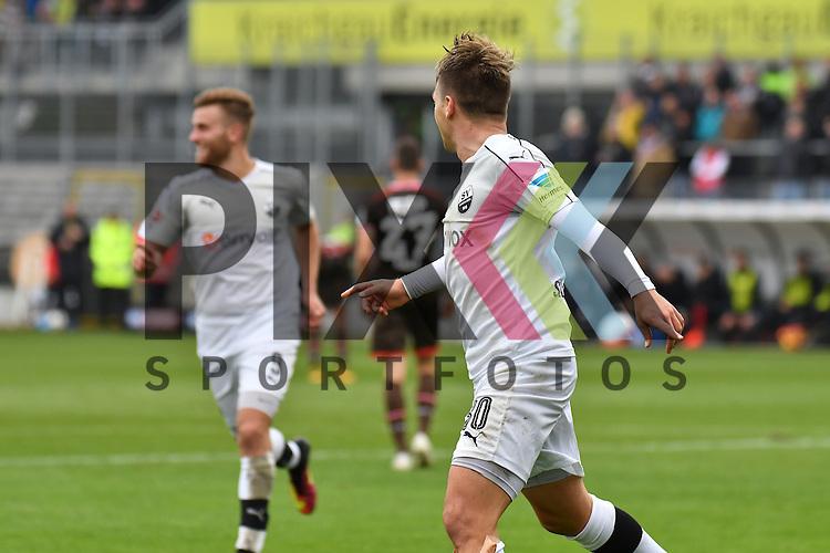 Sandhausens Thomas Pledl (Nr.30) beim 2:0 gegen den FC St.Pauli beim Spiel in der 2. Bundesliga, SV Sandhausen - St. Pauli.<br /> <br /> Foto &copy; PIX-Sportfotos *** Foto ist honorarpflichtig! *** Auf Anfrage in hoeherer Qualitaet/Aufloesung. Belegexemplar erbeten. Veroeffentlichung ausschliesslich fuer journalistisch-publizistische Zwecke. For editorial use only.