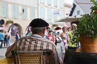Europe/France/Midi-Pyrénées/32/Gers/Marciac: Un habitant observe calmement l'animation du   village pendant le Festival de jazz