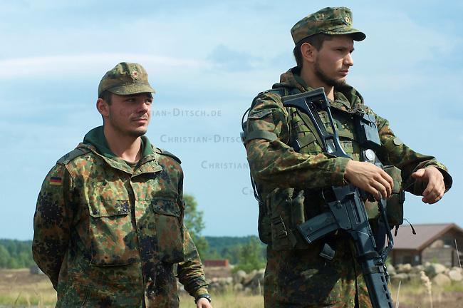 Quick Reaction Force, QRF, der Bundeswehr auf dem Truppenuebungsplatz Colbitz-Letzlinger Heide in Sachsen-Anhalt.<br />Am Freitag den 28. August 2009 wurde im Zuge einer Pressevorfuehrung auf dem Gelaende des Gefechtsuebungszentrum Heer, GUEZ, eine Uebung der ab September 2009 in Afghanistan stationierten Quick Reaction Force-Einheit 4 gezeigt. Die QRF-4 loest die QRF-3 ab.<br />Im Bild: Mitglieder der QRF-4.<br />28.8.2009, Truppenuebungsplatz Colbitz-Letzlinger Heide, Sachsen-Anhalt<br />Copyright: Christian-Ditsch.de<br />[Inhaltsveraendernde Manipulation des Fotos nur nach ausdruecklicher Genehmigung des Fotografen. Veroeffentlichung nur gegen Honorar, Urhebervermerk Christian Ditsch/version-foto.de und Belegexemplar. Verwendung des Bildes ausserhalb journalistischer Berichterstattung bedarf besonderer schriftlicher Vereinbarung. Attention: NO MODEL-RELEASE! Please see Details on our Website or contact us: www.version-foto.de - Bank Details: Konto: I N G - D i B a, IBAN DE58500105175400192269, BIC INGDDEFFXXX, Kontakt: post@christian-ditsch.de Urhebervermerk wird gemaess Paragraph 13 UHG verlangt.]