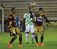 TUNJA  - COLOMBIA - 11-10-2015: Accion de juego entre el Boyaca Chico  y el Deportes Tolima  durante partido aplazado de la primera fecha de la liga Aguila 2015 jugado en el estadio la Independencia.  /  Action game between Boyaca Chico and the postponed match with Deportes Tolima during the first round of the 2015 league Aguila played at Independence Stadium. Photo: VizzorImage / Cesar Melgarejo / Contribuidor