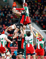 Photo: Richard Lane/Richard Lane Photography. Saracens v Biarritz. Heineken Cup. 15/01/2012. Saracens' Steve Borthwick and Biarritz'  Pelu Taele challenge at a lineout.