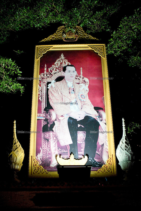 A picture honoring the King of Thailand stands by the road in the city of Pattani. Thailand is struggling to keep up appearances as the land of smiles has to face up to its troubled south. Since 2004 more than 3500 people have been killed and 4000 wounded in a war we never hear about. In the early hours of January 4th 2004 more than 50 armed men stormed a army weapons depot in Narathiwat taking assault rifles, machine guns, rocket launchers, pistols, rocket-propelled grenades and other ammunition. Arsonists simultaneously attacked 20 schools and three police posts elsewhere in Narathiwat. The raid marked the start of the deadliest period of armed conflict in the century-long insurgency. Despite some 30,000 Thai troops being deployed in the region, the shootings, grenade attacks and car bombings happen almost daily, with 90 per cent of those killed being civilians. 27.09.07. Photo: Christopher Olssøn