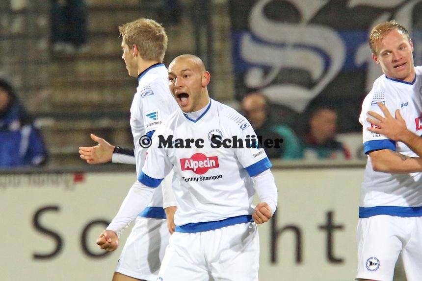 Philipp Riese (Bielefeld) erzielt gegen Patric KLandt (FSV) das 1:2 und jubelt mit seinen Teamkollegen - FSV Frankfurt vs. Arminia Bielefeld, Frankfurter Volksbank Stadion