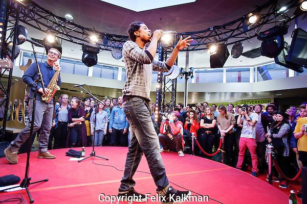 Utrecht, 25 september 2014<br /> Nederlands Film Festival<br /> Optreden rapper Typhoon in Hoog Catharijne<br /> Foto Felix Kalkman
