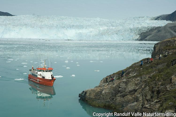 Båt med turister ved Eqi på Nord-Grønland ---- Boat with tourists at Eqi, North Greenland