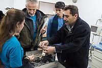 Sehid Xebat Hospital unter YPG-Verwaltung in Qamishli, Rojava/Syrien.<br /> Im Bild: Ein Arzt und der einzige Anaestesist zeigt einer Recherche-Gruppe der Medizinischen Hilfsorganisation PHNX aus Deutschland das klaegliche bisschen was es an Operationsbesteck gibt.<br /> 14.12.2014, Qamishli/Rojava/Syrien<br /> Copyright: Christian-Ditsch.de<br /> [Inhaltsveraendernde Manipulation des Fotos nur nach ausdruecklicher Genehmigung des Fotografen. Vereinbarungen ueber Abtretung von Persoenlichkeitsrechten/Model Release der abgebildeten Person/Personen liegen nicht vor. NO MODEL RELEASE! Nur fuer Redaktionelle Zwecke. Don't publish without copyright Christian-Ditsch.de, Veroeffentlichung nur mit Fotografennennung, sowie gegen Honorar, MwSt. und Beleg. Konto: I N G - D i B a, IBAN DE58500105175400192269, BIC INGDDEFFXXX, Kontakt: post@christian-ditsch.de<br /> Bei der Bearbeitung der Dateiinformationen darf die Urheberkennzeichnung in den EXIF- und  IPTC-Daten nicht entfernt werden, diese sind in digitalen Medien nach &sect;95c UrhG rechtlich geschuetzt. Der Urhebervermerk wird gemaess &sect;13 UrhG verlangt.]