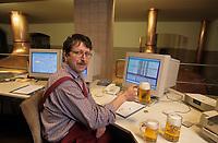 Europe/Allemagne/Forêt Noire/Rothaus : Maître brasseur au pupitre informatique qui gère les cuves de la brasserie Rothaus